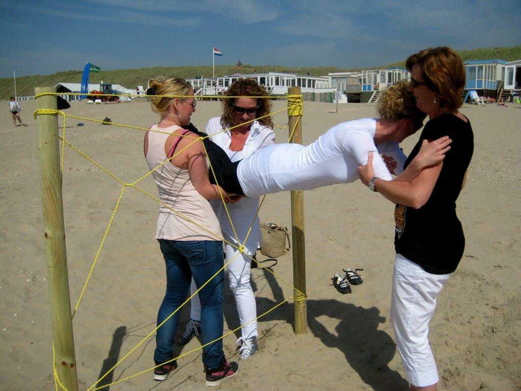 Samenwerken op het strand